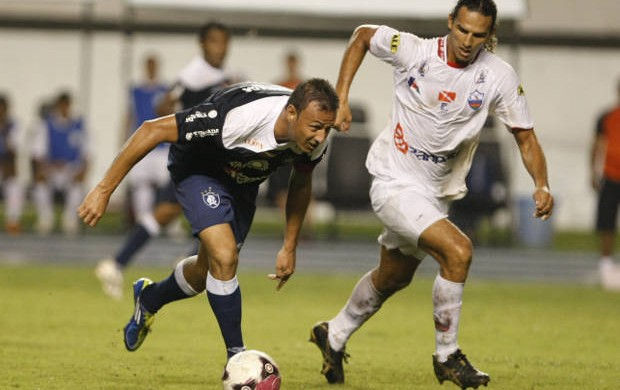 Fábio Oliveira e Gil Cametá durante o primeiro jogo da final do Parazão 2012 (Foto: Marcelo Seabra/O Liberal)