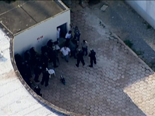 Policiais negociavam fim do tumulto nesta tarde (Foto: Reprodução/ TV Globo)
