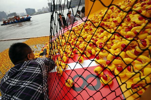 Patos de borracha são lançados em rio em Xangai neste sábado (5) (Foto: AP)