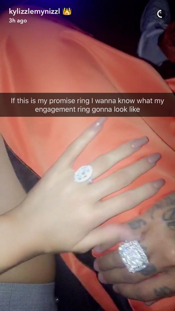 Se esse é o meu anel de compromisso, quero ver como será o de noivado, disse Jenner no Snapchat (Foto: Reprodução Snapchat)