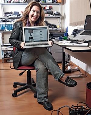 NOVOS AMIGOS A engenheira Eliane Lehar, de 43 anos, no seu escritório em Curitiba. Os Moocs multiplicaram seus contatos profissionais  (Foto: Guilherme Pupo/ÉPOCA e Rogério Cassimiro/ÉPOCA)