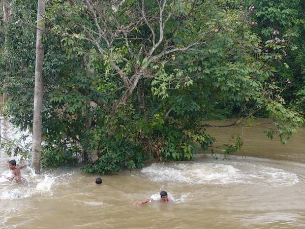 Crianças brincam em área alagada e correm risco de contrair doenças (Foto: Assem Neto/G1 RO)