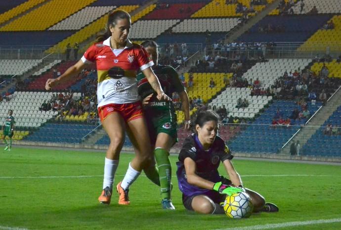 Stella, zagueira do Vila Nova-ES, em jogo da Copa do Brasil 2016 (Foto: Sidney Magno Novo/GloboEsporte.com)