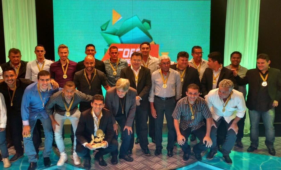 Dirigentes e jogadores do Ceará posam para a foto oficial de campeão cearense no Troféu Verdes Mares (Foto: Thaís Jorge)