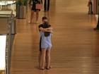 Cauã Reymond e Mariana Goldfarb trocam carinhos em shopping