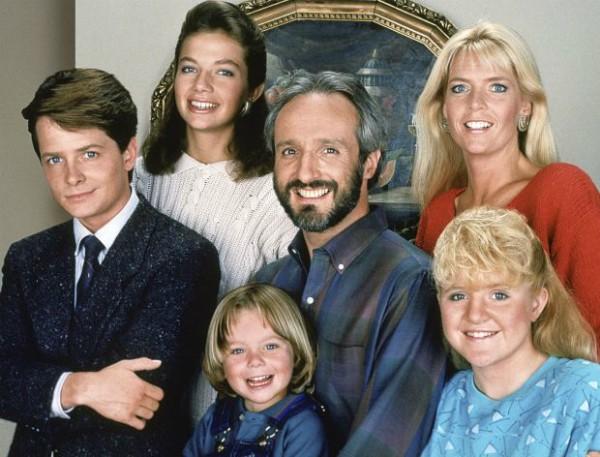 O ator Brian Bonsall com o elenco de 'Family Ties' (Foto: Reprodução)