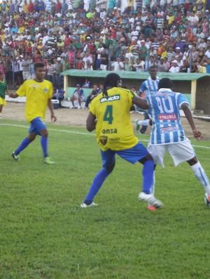 Alisson protege a bola enquanto Odair Lucas tenta desarmá-lo (Foto: Caio Lorena / Globoesporte.com)