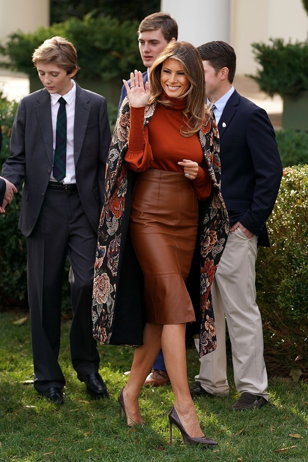 WASHINGTON, DC - NOVEMBER 21:  U.S. first lady Melania Trump waves goodbye as she and her son, Barron Trump leave following the pardoning ceremony of the National Thanksgiving Turkey in the Rose Garden at the White House November 21, 2017 in Washington, D (Foto: Getty Images)