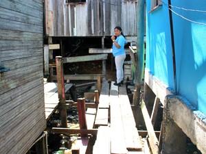 Agente de saúde mostra as dificuldades de transitar nas pontes improvisadas (Foto: Luis Henrique Oliveira/G1 AM)