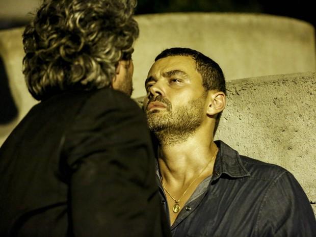 Maurílio agoniza diante de Zé (Foto: Ellen Soares/Gshow)