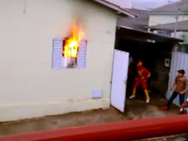 'Heróis' da Carreta da Alegria ajudam família durante incêndio em Boa Esperança (Foto: Reprodução EPTV)