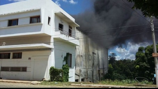 Prédio histórico de Baixo Guandu pega fogo
