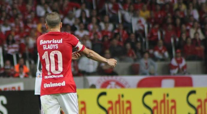D'Ale veste camisa com nome de sua mãe às costas (Foto: Diego Guichard/GloboEsporte.com)