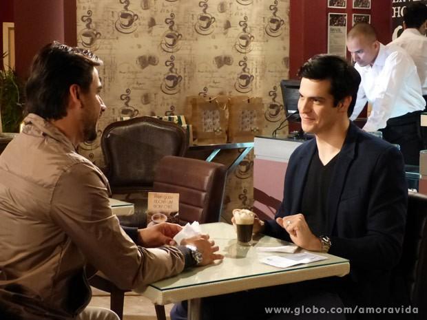 Ele confidencia a Jacques qual será seu próximo passo (Foto: Amor à Vida / TV Globo)