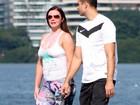 Luma de Oliveira exagera no protetor solar durante passeio