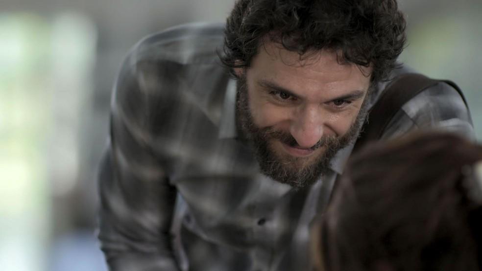 Depois da 'direta' de Bibi, Caio sai, mas deixa um cartão com seus contatos (Foto: TV Globo)