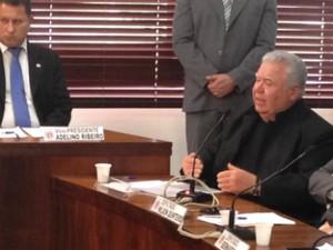 Jaime Lerner fala aos parlamentares na CPI dos Pedágios (Foto: Thais Kaniak / G1 PR)