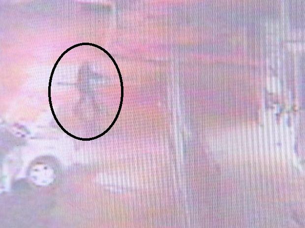 Circuito flagrou o momento em que o criminosos atirava contra base da PM (Foto: reprodução/TV Tem)