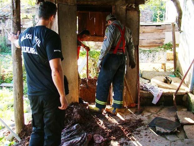 Corpo esquartejado foi achado embaixo de assoalho (Foto: Divulgação/Polícia Civil)