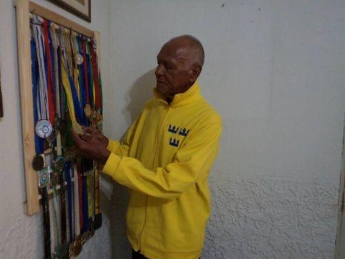 Foto (Foto: Barnabé e algumas de suas medalhas)