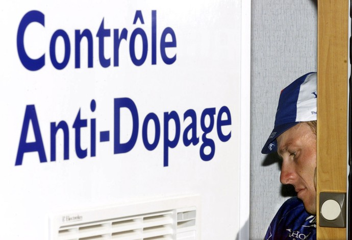 Em foto de julho de 2001, Lance Armstrong se submete a exames antidoping após vitória em etapa da Volta da França (Foto: Reuters)