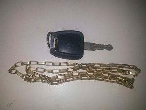 Colar de uma das vítimas e a chave de um carro que pode ter sido usado no crime foram encontrados com o suspeito na noite de quinta-feira (29) (Foto: Divulgação/ Polícia Civil)