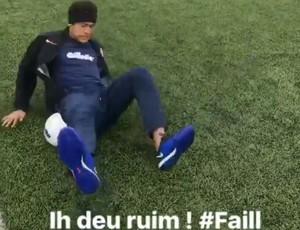 BLOG: Deu ruim: Neymar pisa na bola e cai ao tentar fazer embaixadinha