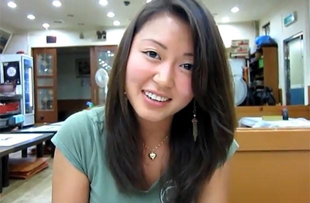 Blogueira postou vídeo na internet provando a iguaria. (Foto: Reprodução)