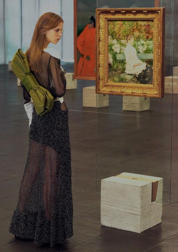 Eloisa ao lado de A Condessa Adèle de Toulouse-Lautrec (1882) com vestido (R$ 45.500) e bota (R$ 75 mil), ambos Louis Vuitton, mochila Fenty Puma by Rihanna na Choix (R$ 800) e óculos B.Luxo (R$ 220).  (Foto: Hick Duarte)