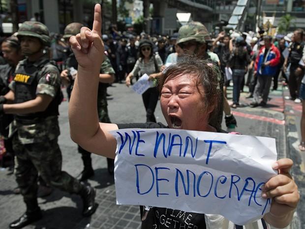 Manifestante pede democracia na Tailândia durante proteso em Bangcoc  (Foto: Nicolas Asfouri/AFP)