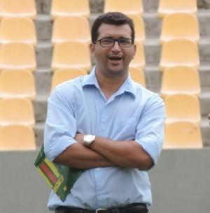 Oliveira Canindé conversou bastante com gerente de futebol, Zé Renato, durante coletivo de domingo no Castelão (Foto: Sampaio/Divulgação)