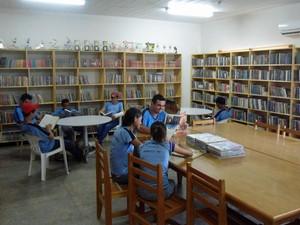 Biblioteca da Escola Estadual Dom Aquino, em Juruena (MT), tem quase 9 mil livros (Foto: Arquivo pessoal/ Edilso Bratkoski)
