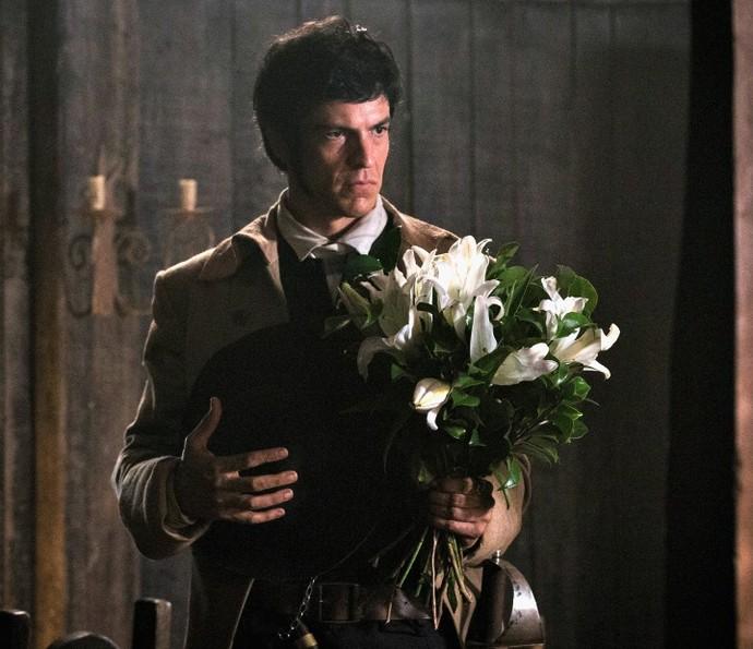 Rubião leva flores para Virgínia (Foto: Ellen Soares/TV Globo)
