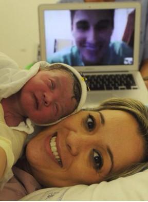 Filipe Machado, do Macaé, vê o parto da filha pela internet