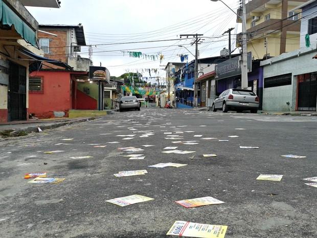 No Bairro São Lázaro também há acúmulo de material de campanhas nas ruas (Foto: Adneison Severiano/G1 AM)