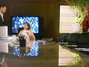 Marta e Cris pressionam Maurílio (Foto: TV Globo)
