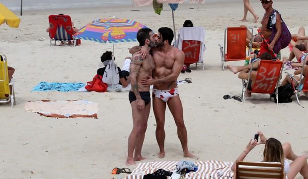 Marc Jacobs e o namorado em Ipanema (Foto: Wallace Barbosa/AgNews)