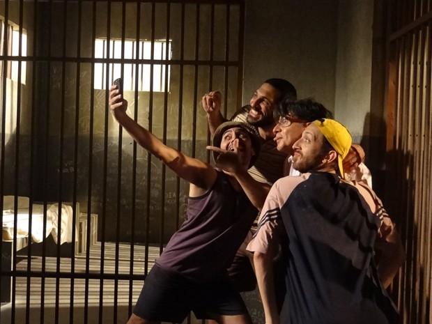 Téo faz 'selfie' com os presidiários (Foto: Paula Paiva/ Gshow)