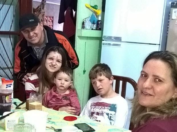 A vendedora Rosemar Fiorese diz que passou momentos de pânico e terro durante o tornado que destruiu a casa onde estava, em Francisco Beltrão (PR) (Foto: Josiane Soares Sai / Arquivo Pessoal)