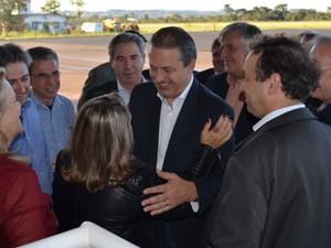 Eduardo Campos recebe cumprimentos ao chegar em Araraquara, nesta quinta (29) (Foto: Alessandro Meirelles/G1)