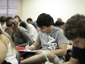 SÃO PAULO (SP) - Candidatos concentrados durante a prova da Fuvest, neste domingo (25). Prova da primeira fase começou às 13h (Foto: Caio Kenji/G1)