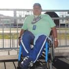 Na cadeira de rodas, Jucélio aproveita festa (João Lucas Cardoso)
