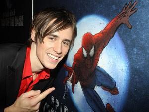 O ator Reeve Carney, que interpreta o herói da montagem de 'Home-Aranha' (Foto: AP)