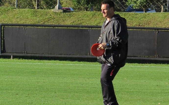 Doriva, técnico do Atlético-PR, no CT do Caju (Foto: Fernando Freire)