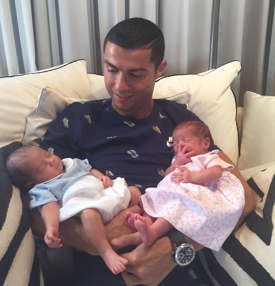 Cristiano Ronaldo posa com filhos gêmeos: