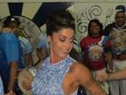 Aline Riscado dispensa sutiã e cai no samba com look sensual