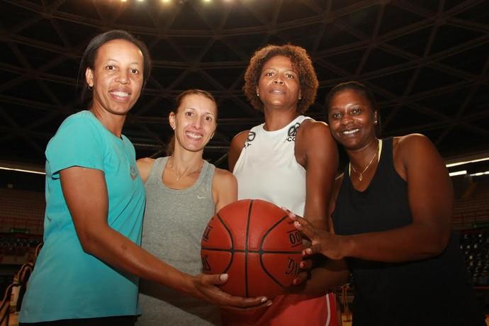 Janeth (à esq.), Helen, Alessandra e Roseli foram homenageadas no Jogo das Estrelas do NBB, em Fortaleza, em comemoração aos 20 anos do título mundial (Foto: Marcello Pires)