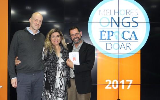 Representantes da ONG Vocação recebem o prêmio principal do Melhores ONGs 2017 (Foto: Rogério Cassemiro)
