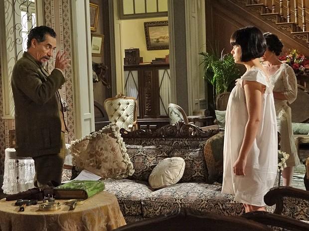 Depois de ficar sabendo sobre Rômulo, Melk enconsta a filha contra a parede (Foto: Gabriela / TV Globo)