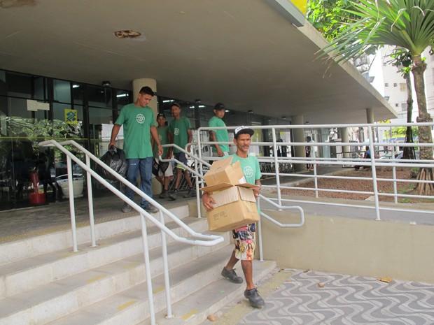 Agentes ecológicos trabalham coletando o material (Foto: Anna Gabriela Ribeiro/G1)